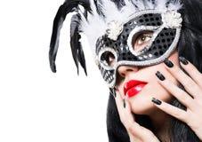 Härlig kvinna i svart karnevalmaskering med manikyr Arkivfoton