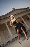 Härlig kvinna i svart posera för klänning som är utomhus-. Sexig kvinna i stilfull retro plats. Elegant kvinna framme av en slott. Arkivbilder