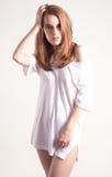 Härlig kvinna i T-tröja i storformat Arkivbild