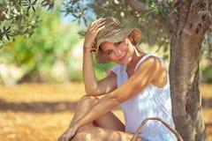 Härlig kvinna i trädgården royaltyfri foto