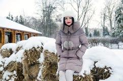 Härlig kvinna i vinterlandskap i skog Arkivbild