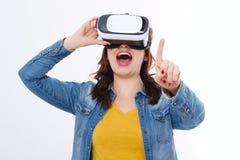 Härlig kvinna i vrexponeringsglas, rörande luft för skyddsglasögon vid fingret som isoleras på vit bakgrund Virtuell verklighetbe arkivbilder