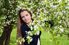 Härlig kvinna med äppleträdet Royaltyfri Bild