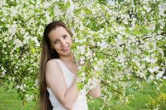 Härlig kvinna med äppleträdet Royaltyfri Foto