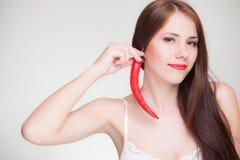 Härlig kvinna med örhänget för chilipeppar Royaltyfri Fotografi