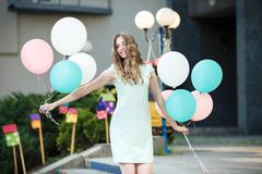 härlig kvinna med att flyga mångfärgade ballonger Arkivbilder