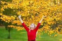 Härlig kvinna med Autumn Leaves på nedgångnaturbakgrund Royaltyfria Bilder