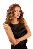 Härlig kvinna med blommakanten och lockigt hår Royaltyfria Bilder