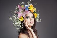 Härlig kvinna med blommakransen på hennes huvud arkivbilder