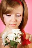 Härlig kvinna med blommor på rosa bakgrund arkivbild