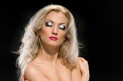 Härlig kvinna med blont hår royaltyfri fotografi