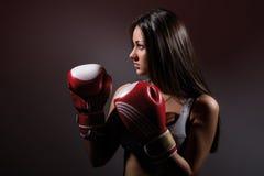 Härlig kvinna med boxninghandskarna royaltyfri foto
