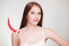 Härlig kvinna med chilipeppar Arkivbild