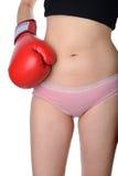 Härlig kvinna med de röda boxninghandskarna Royaltyfri Foto