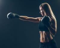 Härlig kvinna med de röda boxninghandskarna, svart Royaltyfri Fotografi