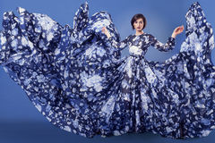 Härlig kvinna med den blåa flygklänningen fotografering för bildbyråer