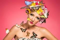 Härlig kvinna med den blom- huvudbonaden Royaltyfri Fotografi