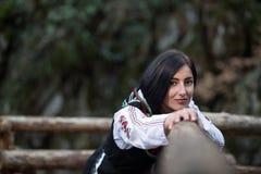 Härlig kvinna med den bulgarian dräkten royaltyfri bild