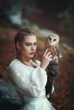 Härlig kvinna med den eleganta ladugårdugglan Arkivfoto