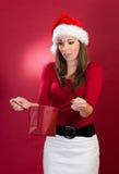 Härlig kvinna med den förvånade santa hatten royaltyfria bilder