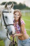 Härlig kvinna med den gråa hästen Royaltyfri Fotografi