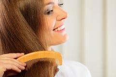 Härlig kvinna med den långa hår och hårkammen fotografering för bildbyråer