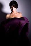 Härlig kvinna med den långa mörka lilakjolen Arkivbilder