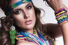Härlig kvinna med den mång- halsbandet Royaltyfri Fotografi
