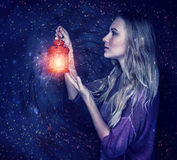 Härlig kvinna med den magiska lyktan Arkivfoton