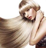 Härlig kvinna med den moderiktiga frisyren arkivfoto