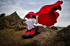 Härlig kvinna med den röda kappan arkivbilder