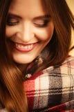 Härlig kvinna med den rutiga halsduken Arkivfoto