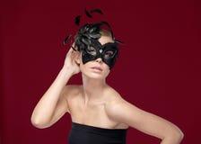 Härlig kvinna med den svarta maskeradmaskeringen Royaltyfri Fotografi