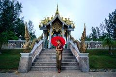 Härlig kvinna med den thailändska traditionella klänningkonungen Rama 1 Arkivfoton