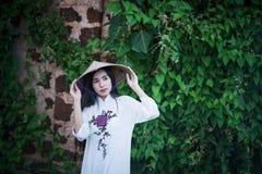 Härlig kvinna med den traditionella klänningen för Vietnam kultur arkivbilder
