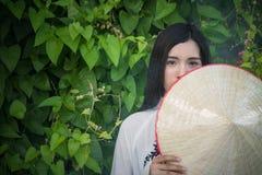 Härlig kvinna med den traditionella klänningen för Vietnam kultur arkivbild