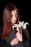 Härlig kvinna med den vita blomman Arkivbilder