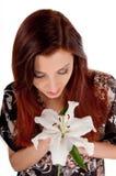 Härlig kvinna med den vita blomman Royaltyfri Bild