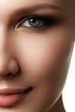 Härlig kvinna med det ljusa sminkögat med sexig eyelinermakeup Arkivfoto