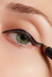 Härlig kvinna med det ljusa sminkögat med sexig svart eyelinermakeup Modepilform Chic aftonsmink Makeupskönhetintelligens Royaltyfria Foton