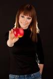 Härlig kvinna med det röda äpplet (fokusen på äpplet) Fotografering för Bildbyråer