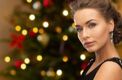 Härlig kvinna med diamantsmycken på jul arkivfoto