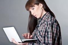 Härlig kvinna med en bärbar dator Arkivbilder