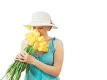 Härlig kvinna med en bukett av blommor som isoleras på vit bakgrund Arkivbild