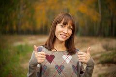 Härlig kvinna med en gest av toppet Arkivbilder