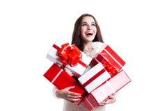 Härlig kvinna med en grupp av gåvor Begreppsförsäljningsgåvor, nytt år och jul arkivfoto