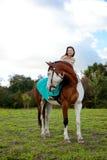 Härlig kvinna med en häst i fältet Flicka på Fotografering för Bildbyråer