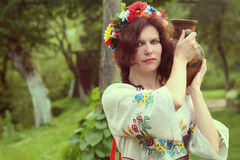 Härlig kvinna med en karaff Fotografering för Bildbyråer