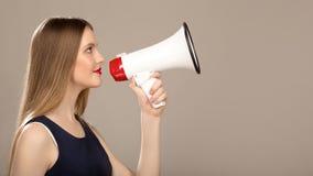 Härlig kvinna med en megafon i hand Copycpase arkivfoton