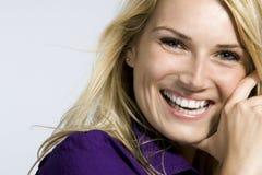 Härlig kvinna med ett älskvärt leende royaltyfri foto